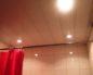 реечный потолок в ванной комнате фото