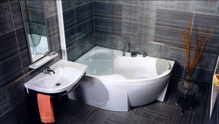 маленькая угловая ванна в ванной комнате фото 2