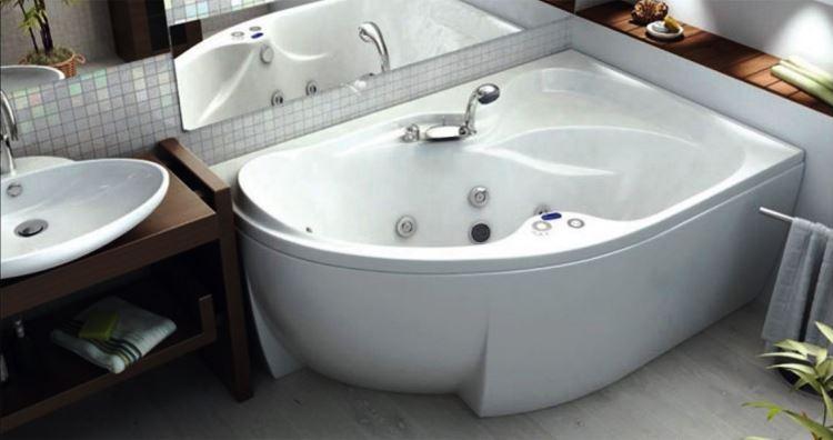 маленькая угловая ванна в ванной комнате фото 3
