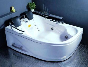 маленькая угловая ванна в ванной комнате фото