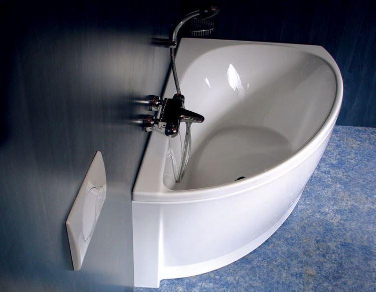 маленькая угловая ванна в ванной комнате фото 5