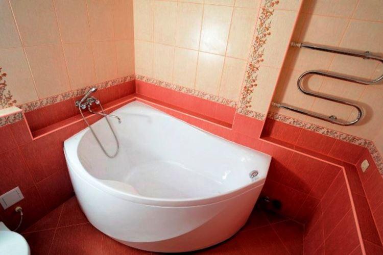 маленькая угловая ванна в ванной комнате фото 8