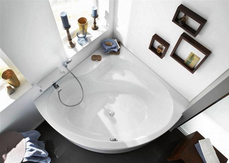 маленькая угловая ванна в ванной комнате фото 9