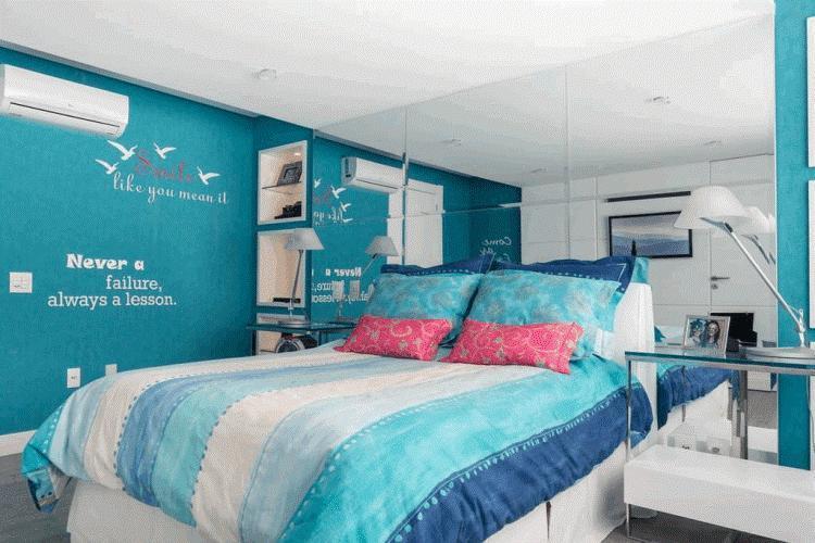 Голубые обои в интерьере спальни фото