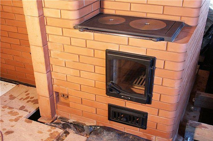 Чугунная печь в деревянном доме фото